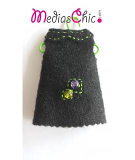 Broche de fieltro modelo vestido negro bolitas cristal